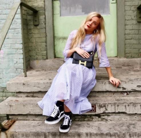 Hoe draag jij jouw sneakers onder een rok of jurk?
