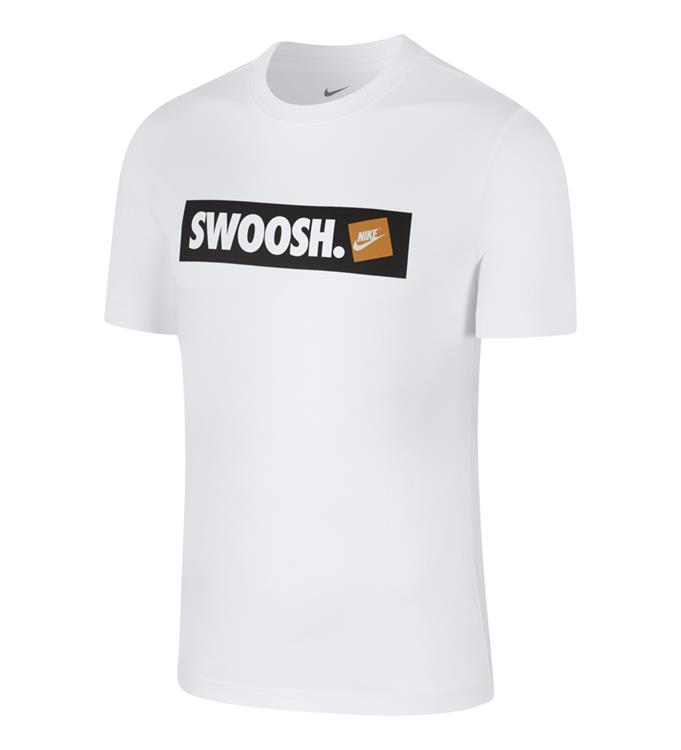 M NSW TEE SWOOSH BMPR STKR,WHITE/WH